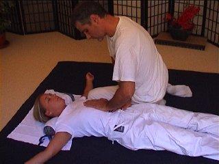 Trattamento Shiatsu tradizionale sul futon