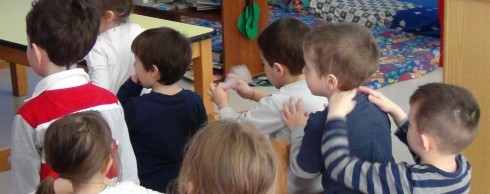 arcore-il-massaggio-tra-bambini-in-asilo-favorisce-la-socialita